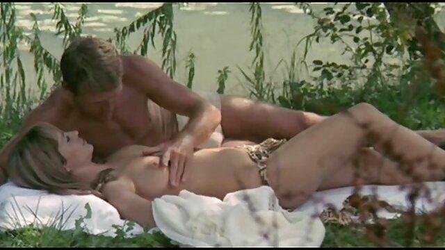 مادر بلوند دم اسبی با یک سکس تصویری خانوادگی شریک جوان رابطه دهانی برقرار می کند