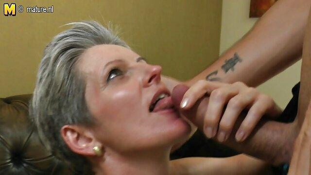 دختر روسی جوراب ساق بلند به دوست پسر خود در بستر رابطه جنسی می دهد داستان سمسی تصویری