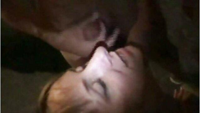 عزیزم سبزه با یک ماشین جنسی سکس تصویری داستانی روی کاناپه قرمز بچه گربه را لوس می کند