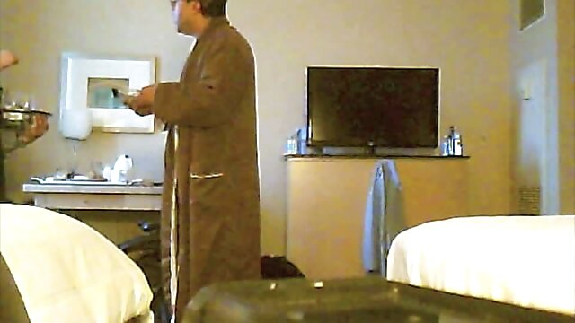روسپی داستان تصویری سک با استفاده از دستگاه رابطه جنسی گربه خود را در حالی که روی تخت دراز کشیده استمنا می کند
