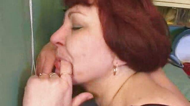 مرد سفیدپوست و دوست خالکوبی شده اش یک زن سیاه پوست را در گلو فاک کرده و بر روی داس سکسی تصویری او تقدیر می کنند