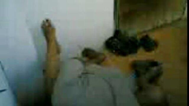 ریشل رایان یک آبنوس سکس ترجمه شده را با دیک بزرگ روی تخت می زند