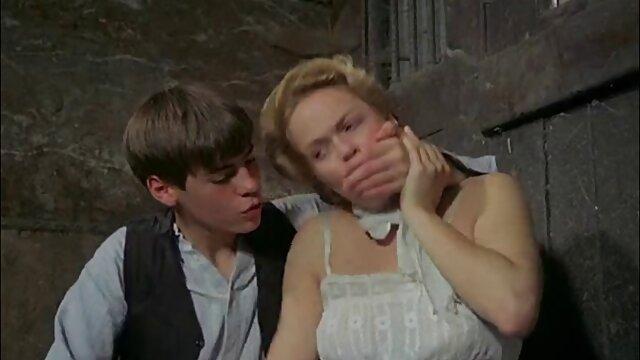 عاشق دهان زن بالغ را در حمام جذب مامان بکنمت می کند