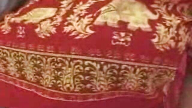 زنی با ناخن های قرمز مجموعه داستان سکسی تصویری بدون از بین بردن بند ، هم اتاقی را از روی لب به لب می اندازد
