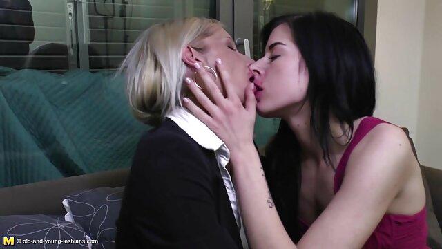 یک فرد ناز آسیایی با لباس سفید سفید که بدن تنش را به نمایش داس سکسی تصویری می گذارد