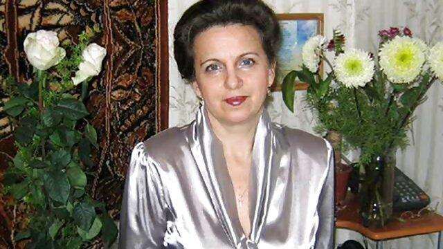 پاک در داستان تصویری مادر پسر لباس سفید با شور و علاقه زن سیاه پوست را در اتاق خواب روی تخت سرخ می کند