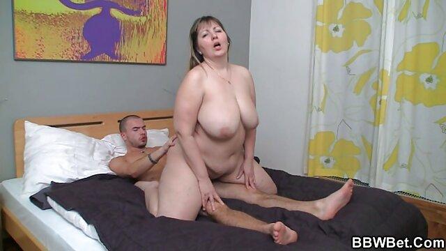 جولیا آن داستانهای تصویری سکسی با گیره های پستانک با دستان خودارضایی می کند
