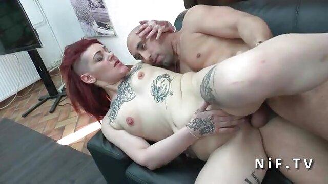 یک دختر زیبا یک همسایه متاهل را هیجان زده و چند بار در روز از او دور می دانلود کمیک سکسی فارسی کند