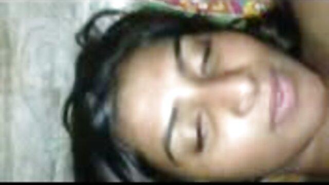 زن مکزیکی با ماسک سیاه در اتاق خواب با داستان تصویری سکسی فارسی انگشتانش شکاف خود را نوازش می کند