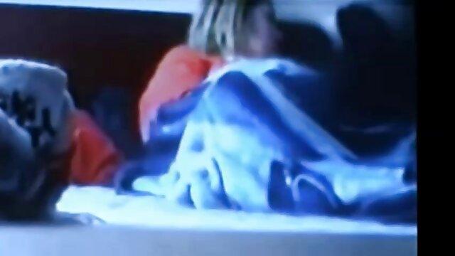 دختر با شورت قرمز ولما قسمت جدید سینه ها را قبل از وب کم نشان می دهد