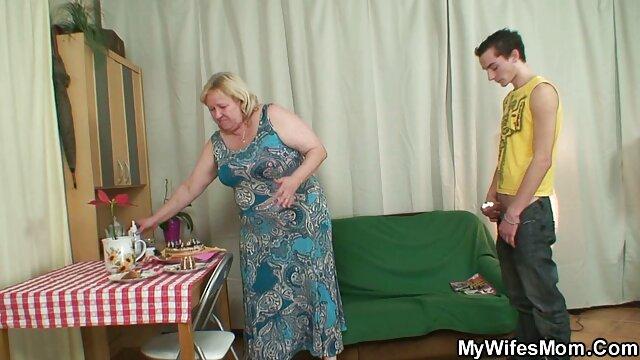 پیک پس از عمیق شدن نفس عمیق به دختر مو قرمز با کون ولما سینه های کوچک سیلی می زند
