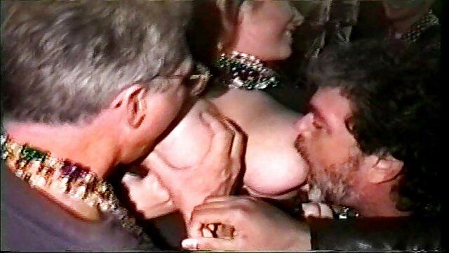 برگزیده با یک بطری شیشه کمیک های سکسی فارسی ای زن را در یک نقطه پاره کرد