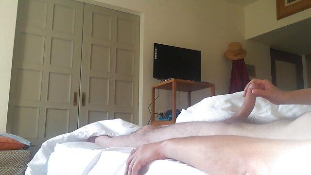 Loira کانال تلگرام کمیک سکسی Deliciosa در کمربند انگشت گربه اش روی تخت جمع شده است