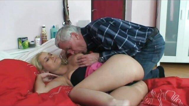 خاله بالغ با داستان سک تصویری جوراب ساق بلند بعد از استمنا blowjob عمیق ، اسپرم را از روی نیمکت چرمی لیس می زند