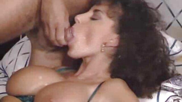 مادر بیدمشک روی زانوها خروس بزرگ داستان سکسی تصویری جدید را می مکد