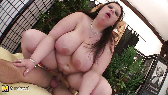 جوان آلمانی پس از عشق داس سکسی تصویری ورزیدن به پشت ، مادر چاق را با شکم و پستان طبیعی خود می کشد