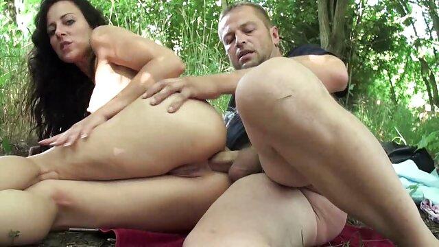 مامان کونی را می سازد و سکس با خاله تصویری انگشتان دختر جوان را با انگشتان خود و یک کرگدن آبی خودارضایی می کند