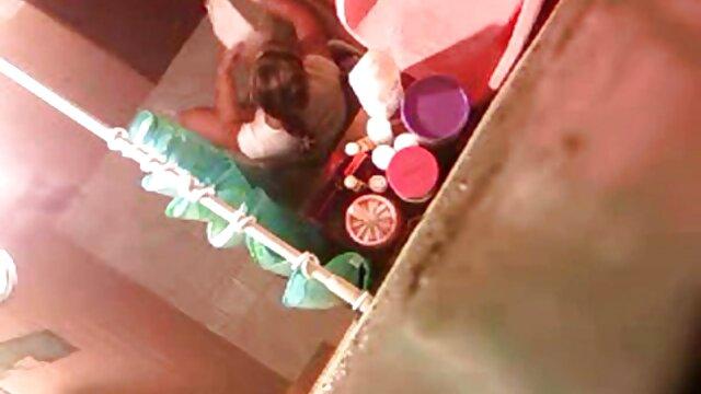 جوجه سیاه بازی با بدن در مامان بکنمت مقابل دوربین