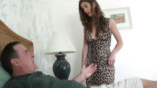 هالی قلب با جوراب ساق بلند پیچ یک پسر را لیس می زند و اجازه می دهد تا با مانده عشق داستا سکسی تصویری بورزد