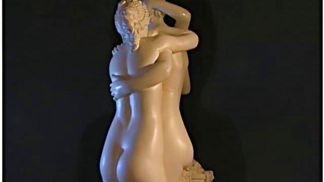 دختر سینه های بزرگ را سکس ترجمه شده نشان می دهد و جلوی دوربین واژن خود را نوازش می کند