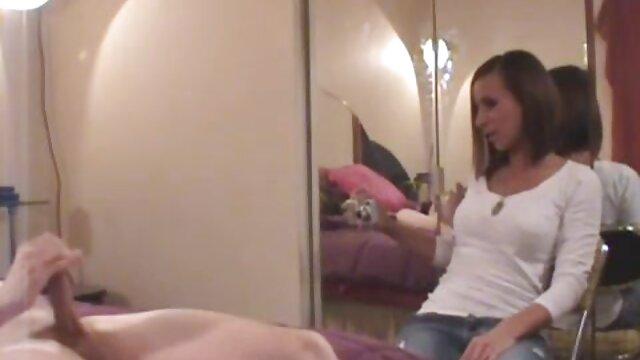 دانش آموز روسی یک زن بالغ با جوراب داستان های تصویری سکس شلواری روی گربه خود دارد