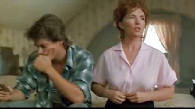 مادر داستا سکسی تصویری با جوراب ساق بلند هنگام تعویض لباس بیدمشک موی خود را روشن می کند